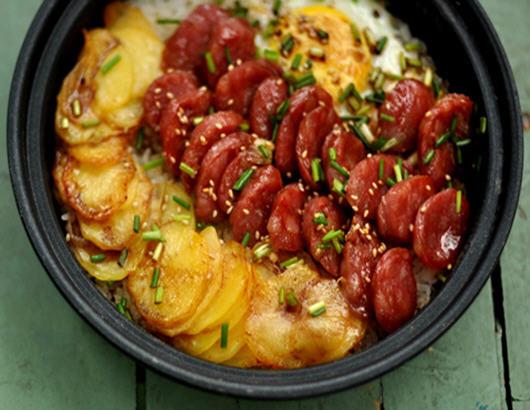 豆煲仔饭的做法_香肠土豆煲仔饭怎么做好吃_