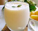 凤梨优乳饮果汁