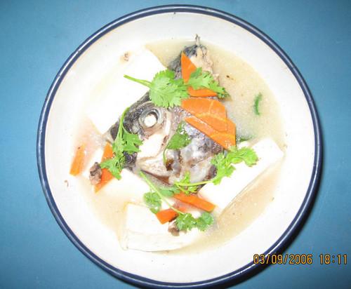 奶白色鱼头汤是怎样熬成的