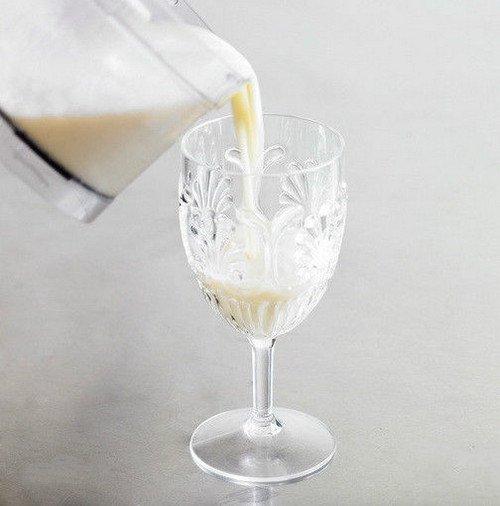 4、加上樱桃和菠萝片装饰.   成 1、调制时也可以不用酒杯,直接