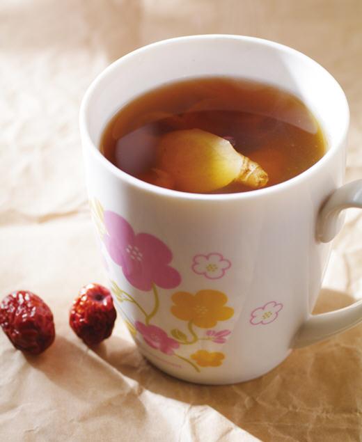 红枣桂圆生姜茶的做法:   1,红枣稍微冲洗一下,沥干水份后,以剪刀在