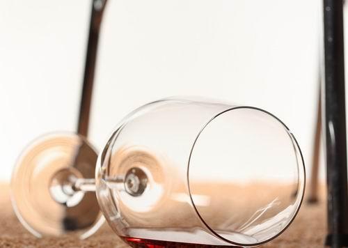 睡前适量喝红酒能够舒缓紧张情绪