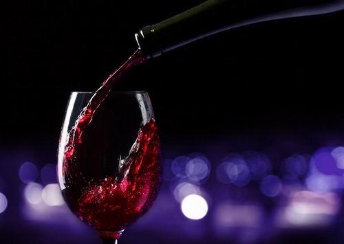 睡前适量喝红酒能够预防感冒