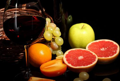 睡前适量的喝红酒能够对身体产生不少好处