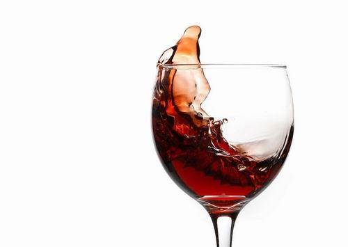 睡前经常过量的饮用红酒也很容易让酒精伤肝、影响肠胃的正常功能