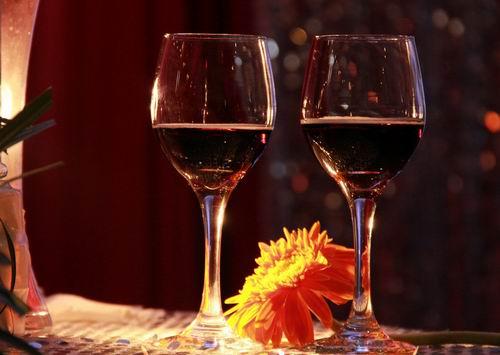 睡前适量喝红酒能够防止蛀牙