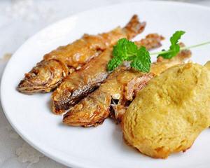 大锅炖小鱼烀饼子