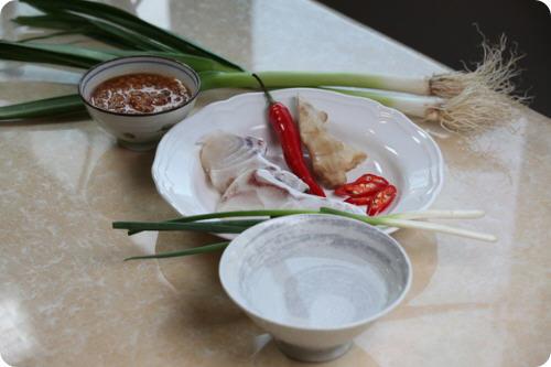 清蒸石斑鱼是什么菜_蒜苗龙胆石斑鱼排的做法_图解蒜苗龙胆石斑鱼排怎么做-聚餐网