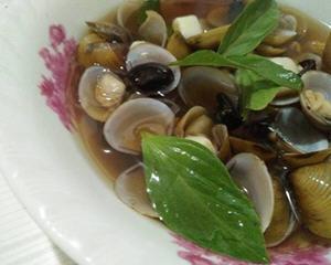 塔香黑白蒜黄金蚬汤的做法_图解好喝的塔香黑白蒜黄金蚬汤怎么煮