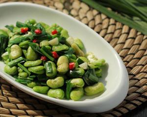 韭菜炒蚕豆米的做法_图解好吃的韭菜炒蚕豆米怎么做