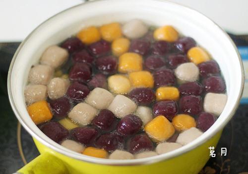 自制芋圆水果捞的做法:   1,锅里烧一锅水,滚开后下入芋圆.