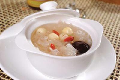 新鲜莲子可以银耳一起炖汤喝吗?