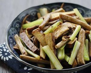 西芹茶树菇炒干子
