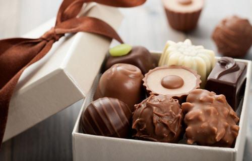 黑巧克力和松露巧克力的区别哪个更好吃